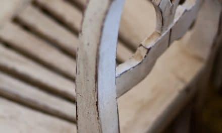 Verf van een houten kast of stoel verwijderen